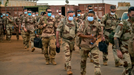 Des soldats français de l'opération Barkhane quittent la base de Gao, au Mali, mercredi 9 juin 2021. © Jerome Delay, AP