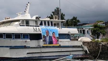 Affiche électorale pour les candidats indépendants aux élections aux Comores, sur un bateau cassé dans le port de Moroni à Moroni le 8 janvier 2020. © Ibrahim YOUSSOUF / AFP