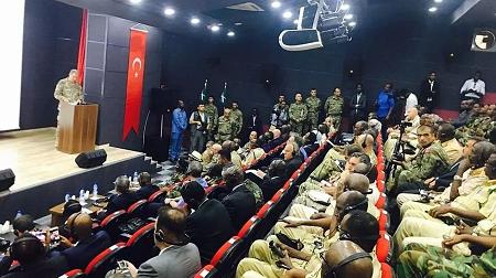 Le général turc Hulusi Akar lors de l'inauguration du centre d'entraînement militaire TurkSom en 2017. Voice of America CC0 Domaine public