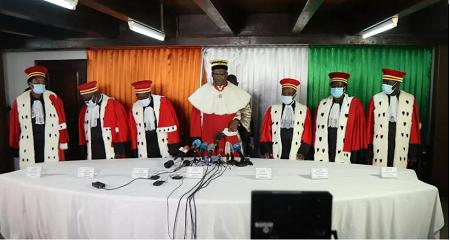 Le président ivoirien du Conseil constitutionnel Mamadou Koné et les membres du Conseil statuent sur l'éligibilité des candidats à l'élection présidentielle du 31 octobre au siège du Conseil constitutionnel à Abidjan, le 14 septembre 2020. REUTERS / Luc Gnago