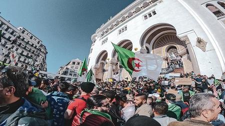 De nombreux Algériens commencent à défiler vendredi à Alger, au milieu d'un important dispositif policier