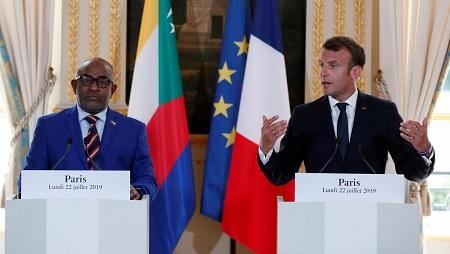 Le président français Emmanuel Macron et son homologue comorien Azali Assoumani, le 22 juillet 2019 à l'Elysée. © Ian Langsdon/Pool via REUTERS