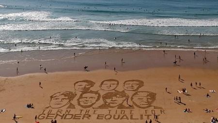 Les visages des leaders du G7 ont été dessinés sur le sable de Biarritz par l'artiste Sam Dougados, avec un message autour de l'égalité des sexes. REUTERS/Regis Duvignau