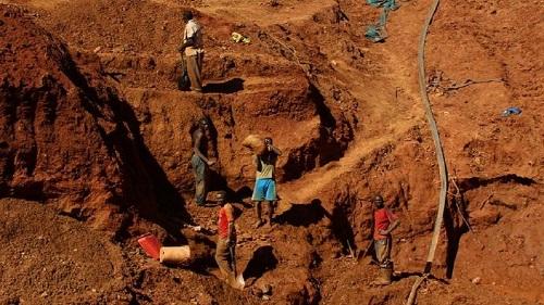 Plusieurs mineurs illégaux piégés après l'effondrement de deux mines