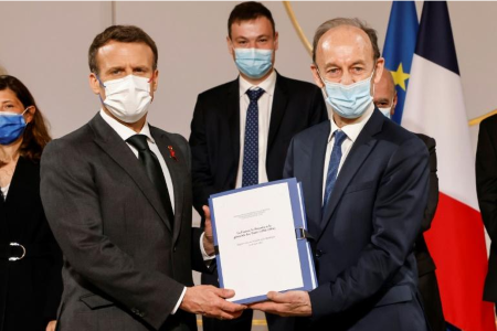 Vincent Duclert remet à Emmanuel Macron son rapport sur le génocide des Tutsi du Rwanda de 1994 , le 26 mars 2021 à l'Elysée à Paris . AFP - Ludovic MARIN