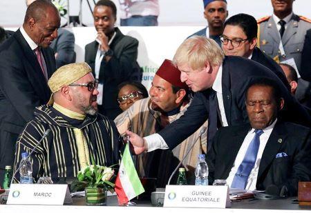 Boris Johnson s'entretient avec le roi Mohamed VI du Maroc lors du 5e sommet Union africaine-Union européenne (UA-UE) en Côte d'Ivoire, le 29 novembre 2017..REUTERS/LUDOVIC MARIN