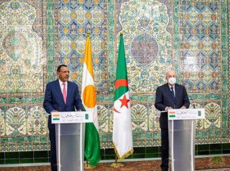 Le président algérien Abdelmadjid Tebboune et son homologue Mohamed Bazoum