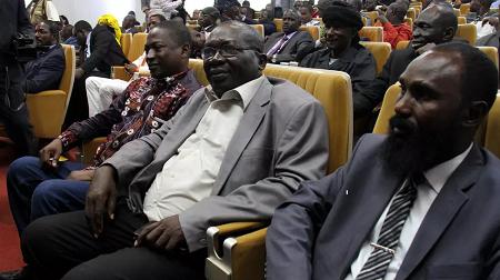 Des représentants des groupes armés lors de la signature de l'accord de Khartoum à Bangui, le 3 mars 2019. Parmi eux, Souleymane Daouda (3e à g.) et Maxime Mokom (1er à dr.) sont devenus respectivement ministres de l'élevage et du DDRR. RFI/Gaël Grilhot