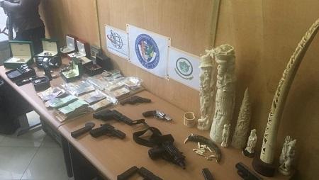 Des armes dont un pistolet d'assaut Uzi ont été saisis au domicile des trafiquants, ainsi que du cash et des montres de luxe. © RFI / Pierre Pinto