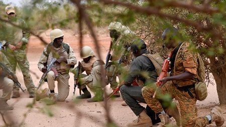 Des militaires burkinabè lors d'un entraînement pour combattre le terrorisme dans l'est du pays, le 13 avril 2018 (photo d'illustration). © AFP PHOTO/ISSOUF SANOGO