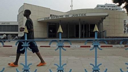 Un homme passe devant la Cour suprême de la RDC (photo août 2006). © LIONEL HEALING / AFP