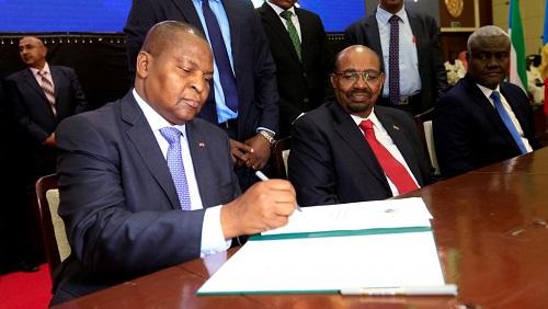 Le président centrafricain Touadéra lors de la signature de l'accord de paix à Khartoum, le 5 février 2019. © REUTERS/Mohamed Nureldin Abdallah/File Photo
