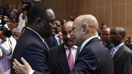 Le président sénégalais Macky Sall félicite le président nouvellement élu de la Mauritanie Mohamed Ould Cheikh El Ghazouani à Nouakchott, le 1er août, 2019. AFP/Seyllou