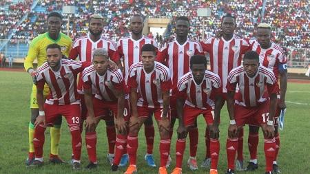 La Fédération libérienne de football a dénoncé l'accueil réservé samedi à sa sélection en Sierra Leone où elle a été attaquée par des supporters armés, et empêchée de s'entraîner