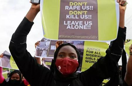 Cette décision fait suite à la vague d'indignation qui avait saisi le Nigeria au sortir de confinement, après une série de viol de femmes et de très jeunes enfants à travers le pays. (ici une manifestationà Abuja, en juin) REUTERS/Afolabi Sotunde