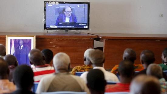 Les partisans de Laurent Gbagbo réunis pour regarder l'audience fatidique du 15 janvier Gagnoa. © REUTERS/Thierry Gouegnon/File Photo