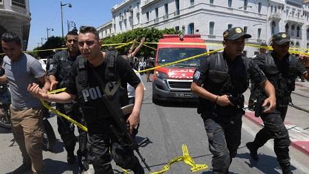 Les forces de sécurité tunisiennes sur les lieux d'un attentat suicide avenue Bourguiba, le 27 juin 2019. © Fethi Belaid / AFP