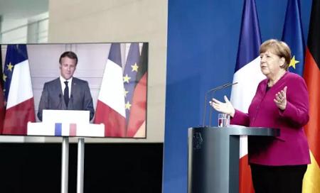 Emmanuel Macron et Angela Merkel, le 18 mai. KAY NIETFELD / AFP
