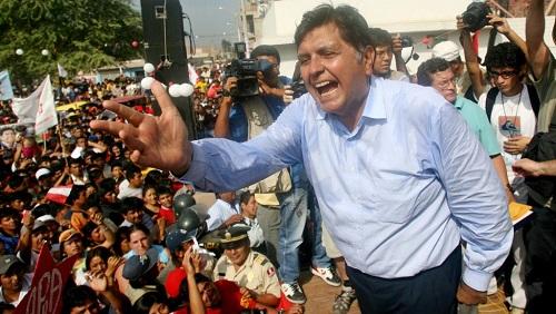 Alan Garcia, ici en campagne à La Union, à Piura, pour la présidentielle au Pérou, le 30 mai 2006. REUTERS/Mariana Bazo