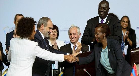La Canadienne Michaëlle Jean salue Louise Mushikiwabo, ancienne ministre rwandaise des Affaires étrangères