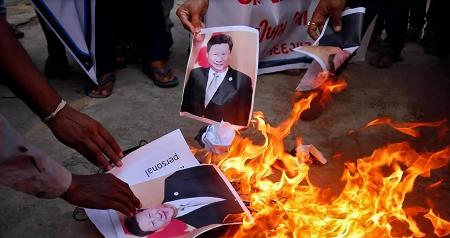 Des protestataires indiens brûlent une photo du président chinois Xi Jinping le 16 juin 2020 à Ahmedabad. REUTERS/Amit Dave