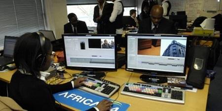 Dans les locaux d'Africa 24, télévision africaine d'information continue à Saint-Cloud (France). © Vincent Fournier/Jeune Afrique/JA