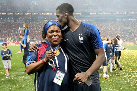 Paul Pogba, ici avec sa mère Yeo Pogba, célébrant la victoire de l'équipe de France en finale de la Coupe du monde de football 2018 ©Getty