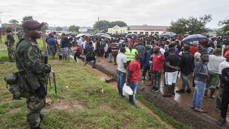 Des manifestants ont symboliquement bloqué jeudi au Malawi, avec des chaînes et des cadenas