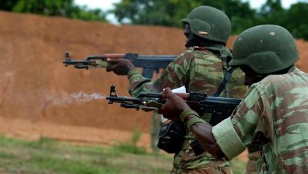 Bénin: à Tchaourou, les soldats ont regagné leur QG, la population est appelée à rentrer à la maison (ici soldats à l'entraînement). © wikimedia