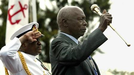Daniel Arap Moi, ex-président du Kenya (droite), ici le 28 décembre 2002, peu avant son départ du pouvoir. © ALEXANDER JOE / AFP