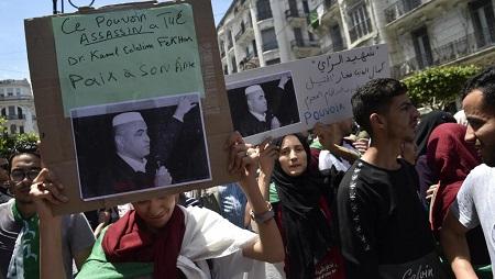 Alger, des étudiants manifestent pour dénoncer la mort en détention de Kamel Eddine Fekhar après 50 jours de grève de la faim, le 28 mai 2019. © RYAD KRAMDI / AFP