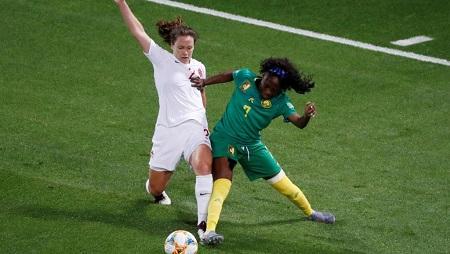 Gabrielle Onguéné à la lutte avec la Canadienne Allysha Chapman. REUTERS/Eric Gaillard