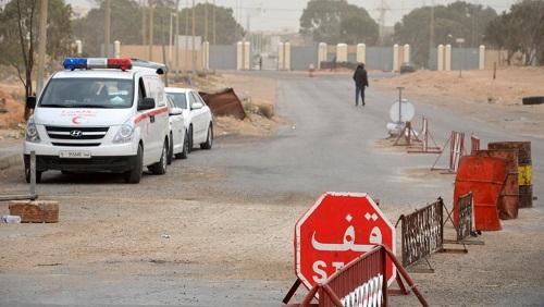 Des voitures attendent du côté tunisien de la frontière avec la Libye à Ras Jedir, le 22 mars 2016. © FATHI NASRI / AFP