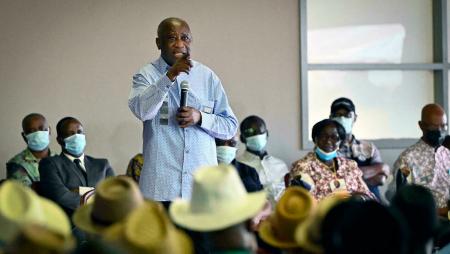 Laurent Gbagbo prononce un discours lors d'une réunion avec des chefs traditionnels et des membres de son parti dans sa résidence à Mama, son village natal, le 28 juin 2021