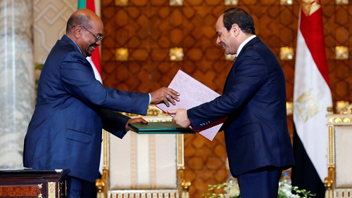 Le président égyptien Abel Fattah al-Sissi et son homologue soudanais déchu Omar el-Béchir, ici au palais présidentiel au Caire, le 5 octobre 2016. © REUTERS/Amr Abdallah Dalsh