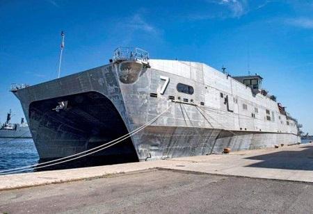 Le navire USNS Carson City