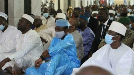Le président de la transition Assimi Goïta (en bleu) à la Grande Mosquée de Bamako, peu avant d'être visé par une tentative d'assassinat, le 20 juillet. Malick KONATE AFP