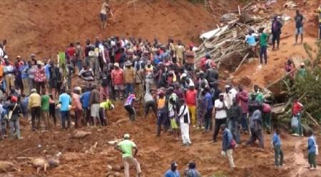 La population de Bafoussam et des environs remue la terre pour tenter de retrouver des survivants dans la coulée de boue qui a déjà fait 43 mort dans la nuit de lundi 28 à mardi 29 octobre 2019. © AFPTV / AFP