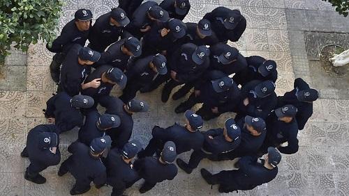 Policiers algériens déployés dans les rues d'Alger, le 15 mars 2019. (Image d'illustration) © RYAD KRAMDI / AFP