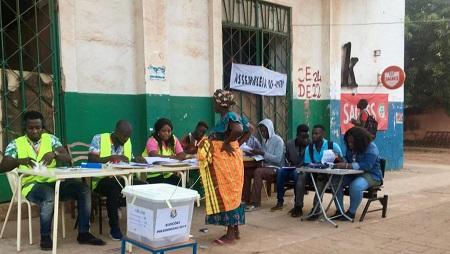 Les votes ont débuté ce matin dès 7h TU dans ce bureau de vote du centre-ville de Bissau. © RFI/Charlotte Idrac