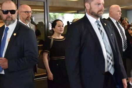 La directrice financière de Huawei, Meng Wanzhou, quitte la Cour suprême de Colombie-Britannique, à Vancouver, le 27 mai. DON MACKINNON / AFP
