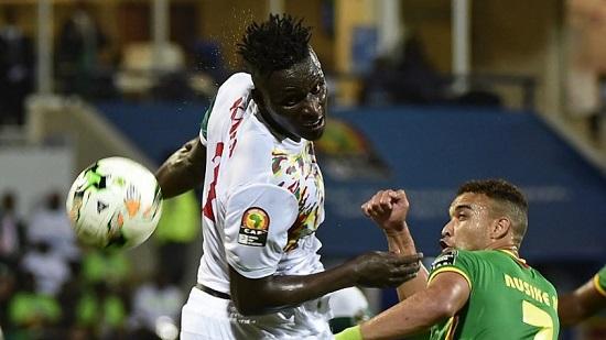 Kara Mboji (maillot blanc) lors de la CAN 2017 face au Zimbabwe de Matthew Rusike. KHALED DESOUKI / AFP