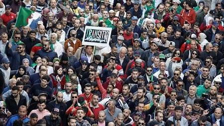 Une foule d'une ampleur exceptionnelle manifeste à Alger à l'occasion du dernier vendredi avant l'élection présidentielle