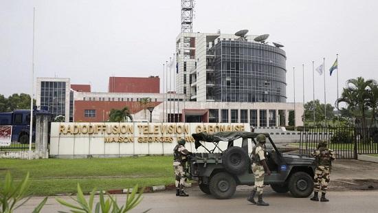 Des militaires déployés devant le siège de la radio-télévision gabonaise, le 7 janvier 2019. © Steve JORDAN / AFP