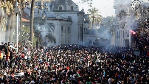 Alger, le 1er mars: des dizaines de milliers de manifestants ont défilé dans le centre d'Alger après les prières du vendredi pour dénoncer la candidature du président sortant pour un 5e mandat. © REUTERS/Ramzi Boudina