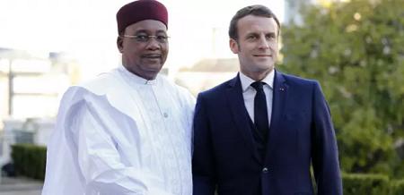 Emmanuel Macron et Mahamadou Issoufou à Pau, le 13 janvier 2020. (REGIS DUVIGNAU / AFP)