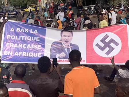 Macron représenté en Hitler et des drapeaux français brûlés