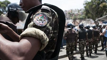 Un policier cagoulé a abattu d'une balle dans la tête un homme à terre et sans arme dans le centre d'Antananarivo, vendredi 23 août (image d'illustration). © AFP PHOTO / RIJASOLO