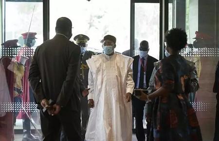 Le président du Niger et président en exercice de la Cédéao, Mahamadou Issoufou, arrive à Bamako, au Mali, le 23 juillet 2020. MICHELE CATTANI / AFP