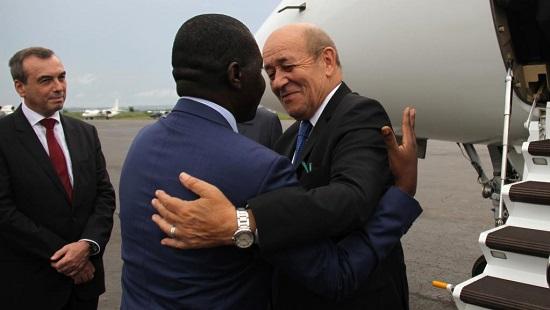 Le ministre des Affaires étrangères français Jean-Yves Le Drian accueilli par son homologue centrafricain Charles Armel Doubane à Bangui, le 1er novembre 2018. © Gael GRILHOT / AFP